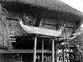COLLECTIE TROPENMUSEUM Een doodskist (Pêlankah) in Karo Noord-Sumatra met een bamboebuis in het midden om het lijkenvocht af te voeren TMnr 10003231.jpg