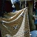 COLLECTIE TROPENMUSEUM Een katoenen doek met de beeltenis van Paus Johannes Paulus II op de markt van Kaya TMnr 20031669.jpg