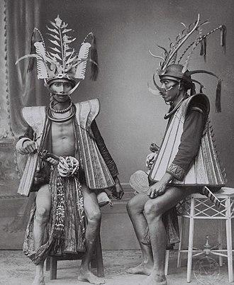 Nias people - Image: COLLECTIE TROPENMUSEUM Studioportret van twee mannen in krijgskleding Zuid Nias T Mnr 60042492