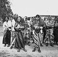COLLECTIE TROPENMUSEUM Vrouwen in traditionele kledij wachten op de aankomst van de prauw van hun dorp bij een roeiwedstrijd TMnr 20000113.jpg