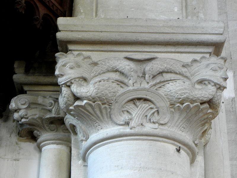 Intérieur de l'église Saint-Jean-Baptiste de Carelles (53). Chapiteau.