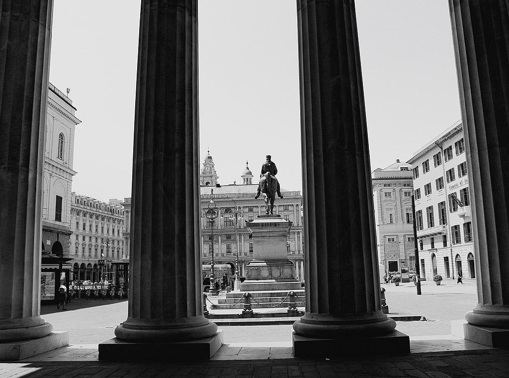 > Devant l'opéra Carlo Felice à Gènes.