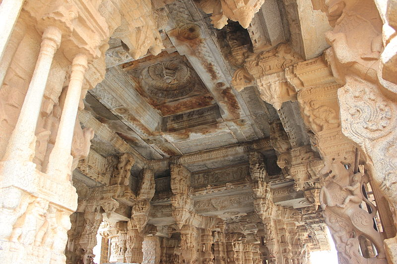 Soubor:Ceiling and pillar brackets in main mantapa of Vitthala temple complex in Hampi.JPG