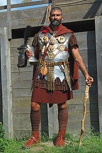 Ricostruzione di un centurione romano del II secolo, del gruppo storico italiano Legio XXX Ulpia Traiana Victrix.