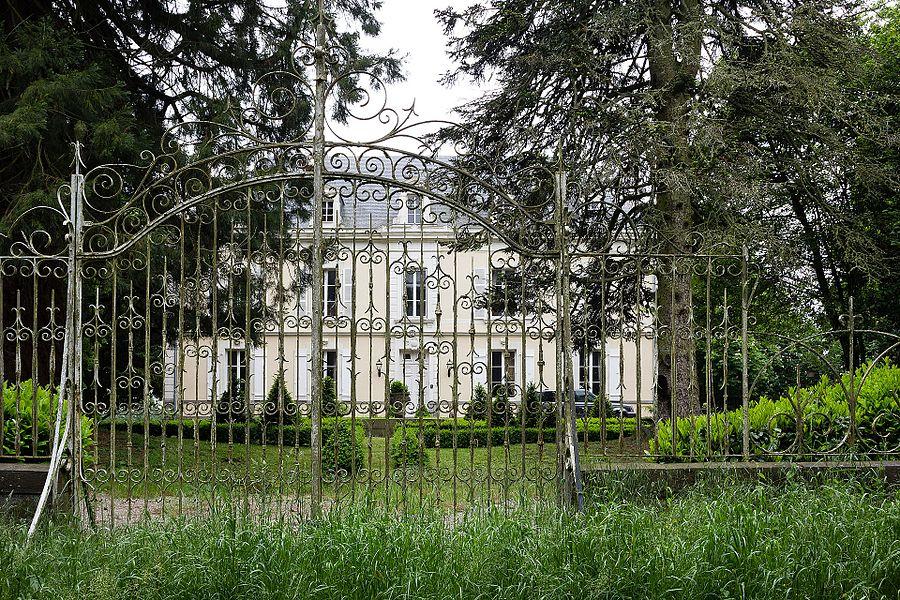 Français:  Façade est du château de Bord-Chéran à Saint-Aignan-sur-Roë (France).
