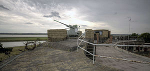 Coalhouse Fort - Image: Coalhouse Fort rooftop Bofors gun