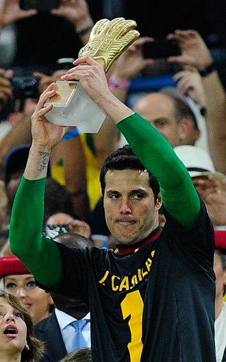 Júlio César (football goalkeeper, born 1979) - Júlio César lifting the Golden Glove award wearing Iker Casillas shirt as a token of respect.