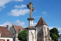 Croix et église d'Ainay-Le-Vieil (Cher - France).JPG