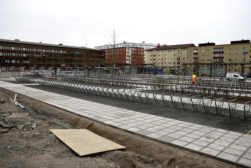 Fil:Cycle park under construction at Uppsala central station 090416.jpg