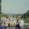 De familie Kreisselmeier op een terras met links Hildegard van de Poll-Eschen, Bestanddeelnr 254-4944.jpg