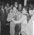 Dr Mohammed Sjarif in ons land, mevrouw Leimena uit Tie hing hem een krans om d, Bestanddeelnr 914-9812.jpg