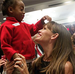 Jennifer Garner - Garner with a preschooler at a Capitol Hill event in 2013
