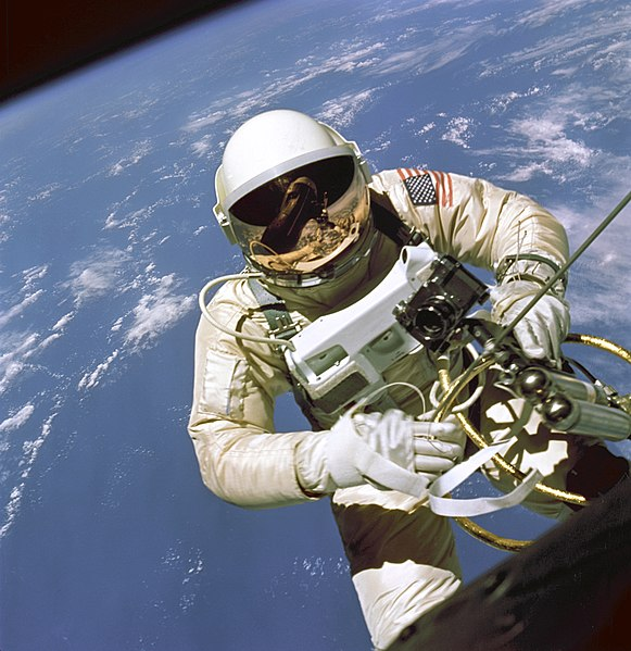 Archivo:EdWhiteFirstAmericanSpacewalker.1965.ws.jpg