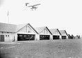 Ein Doppeldecker über den Flugzeughallen - CH-BAR - 3240081.tif