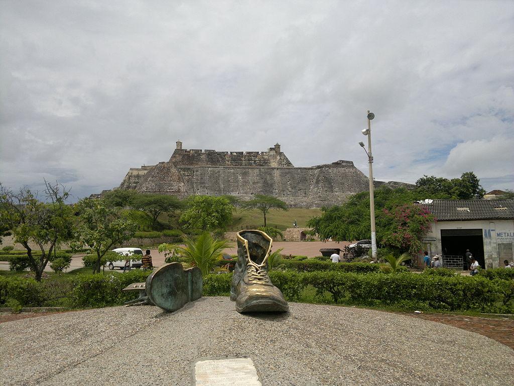 El Castillo de San Felipe de Barajas detrás del moumento a los zapatos viejos. Cartagena