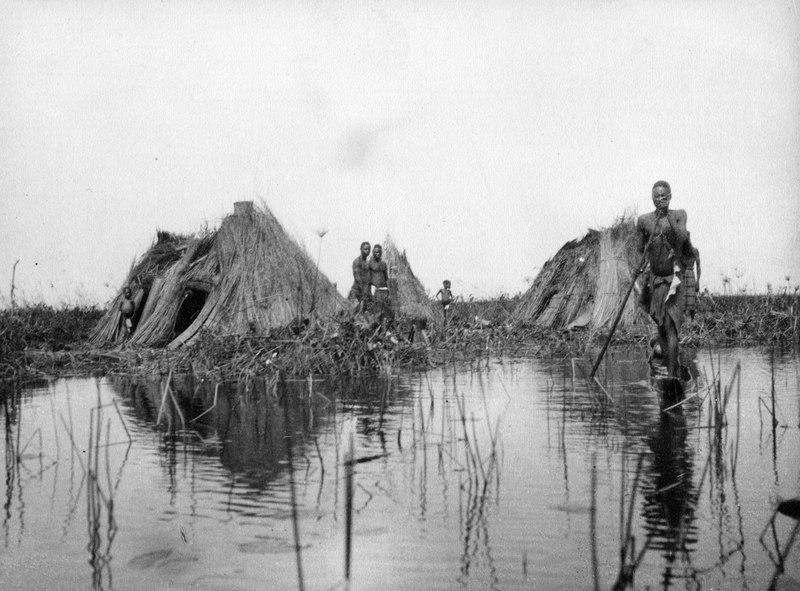 File:En man i en smal kanot närmar sig. Bangweulusjön. Zambia - SMVK - 000461.tif