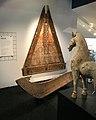 Exponate im EG- Giebelelement eines Torajahauses, Sulawesi, Indonesien; großes Tonpferd aus der Han-Dynastie, China.jpg