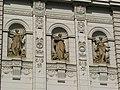 Fakulta sociálních studií Masarykovy univerzity - sochy.jpg