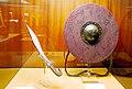 Falcata ibérica y escudo en el museo militar de Almeida.jpg
