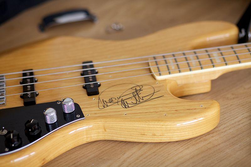 Novo baixo o que eu faço 800px-Fender_Marcus_Miller_Jazz_Bass_%28Japan%29_autographed_by_Marcus_Miller_-_autograph_under_pickguard_-_from_side
