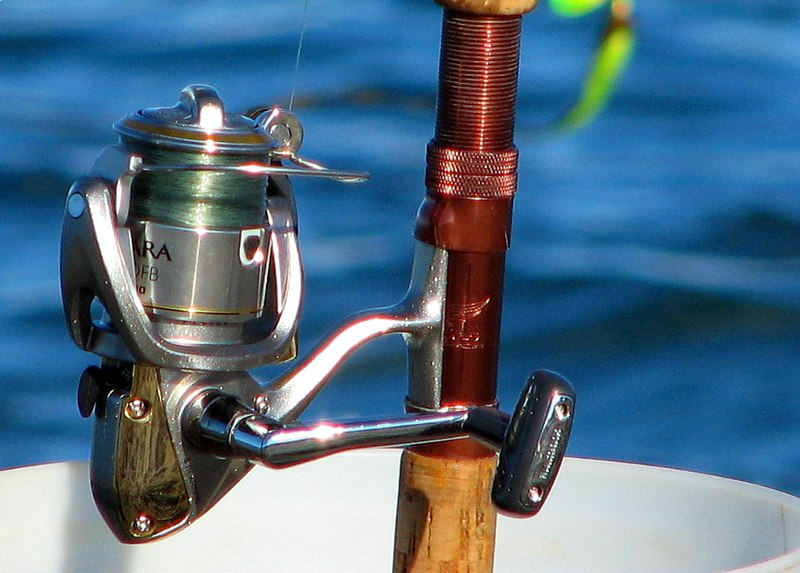 http://upload.wikimedia.org/wikipedia/commons/thumb/9/98/Fishing_reel.jpg/800px-Fishing_reel.jpg