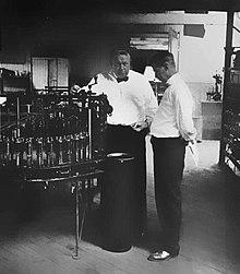Frank bunker gilbreth in de camera kijkend in de jaren 1910