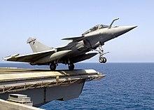 Decollo di un Rafale F2 dalla portaerei USS Enterprise al largo di Cannes (23 luglio 2007)