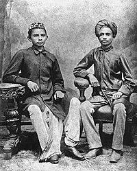 Gandhi, 13 ans, l'année de son mariage, avec son camarade de classe Sheikh Mehtab (à droite) à Rajkot.