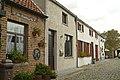 Gekasseid steegje, aan de noordkant eenheidsbebouwing van drie woningen, Ter Doeststraat 25,27,29, Lissewege (Brugge).JPG