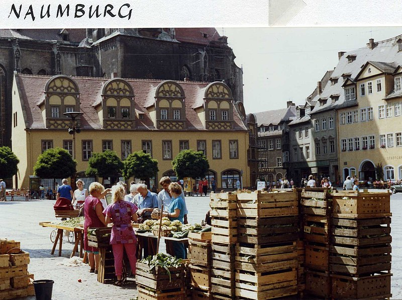 File:Gemüsemarkt - Vegetable stall, Naumburg Markt, DDR Aug 1989 (5327680655).jpg