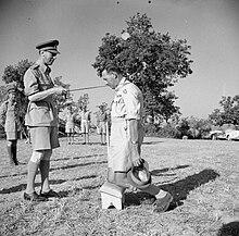 Sud Italia, 26 luglio 1944: il generale Oliver Leese riceve l'investitura sul campo da re Giorgio VI
