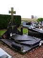 Gueudecourt cimetière (tombe en péril) flou 1.jpg