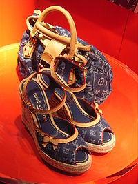 Una borsa e un paio di scarpe LV