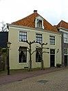 foto van Diep ten dele vrijstaand huis met gepleisterde buitenmuren en verdieping on der schilddak