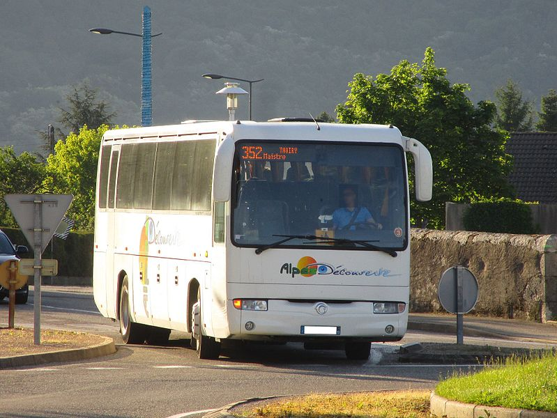 Un Irisbus Iliade d'Alpes Découverte, sur la ligne scolaire 352 du Stac (Chavonettes, Thoiry↔Collège de Maistre, Saint-Alban-Leysse), à Saint-Alban-Leysse le 16 mai 2017.