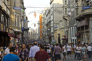 The Amazing Race 2 (China) - Teams visited the streets of İstiklal Avenue for the Detour.
