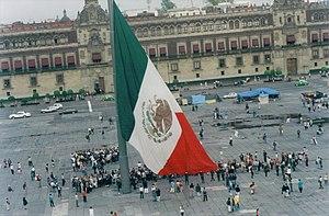 Español: Izando la bandera monumental del Zóca...