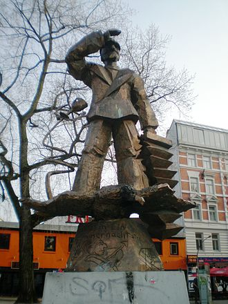 Hans Albers - Hans Albers statue in the Hans-Albers-Platz, Hamburg-St. Pauli. By Jörg Immendorff, 1986