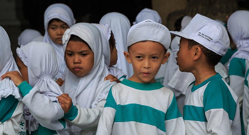 Jakarta Indonesia Kindergarten-children-visiting-National-Museum-01