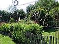 Jardins Rocambole, Corps-Nuds, France, 7-2019, roues métalliques et éléments de cycles recyclés et suspendus en jardin potager.jpg