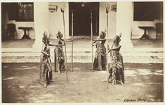 KITLV 3915 - Kassian Céphas - Dancers from the sultan of Yogyakarta perform a dance called Beksan Taroena engulfing I - Around 1885.tif