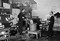 Keittiövuorolaisia, kodittomien alkoholistien väliaikainen asuntola Liekkihotelli 1973.jpg
