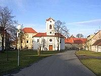 Kestřany-kostel a zámek.jpg