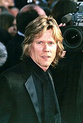 Kevin Bacon face au photographe.