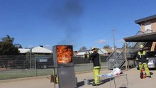 Fichier:Kitchen oil fire demonstration (low resolution).ogv