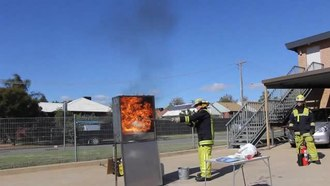 Datei:Kitchen oil fire demonstration (low resolution).ogv