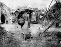 Kvinna som bär vatten i ett lerkärl med hjälp av rem runt pannan. Bolivianska Chaco. Gran Chaco - SMVK - 004779.tif