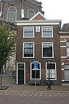 foto van Pand met lijstgevel met gevelsteen, wapen van Leiden