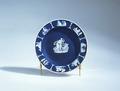 Ler- och stengods. Blått fat med vit dekor. 1700-talets slut - Hallwylska museet - 89269.tif