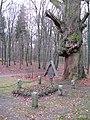Ludwigslust Schlosspark, Grab Heinrich XXXVIII Prinz Reuss, alte Eiche.jpg